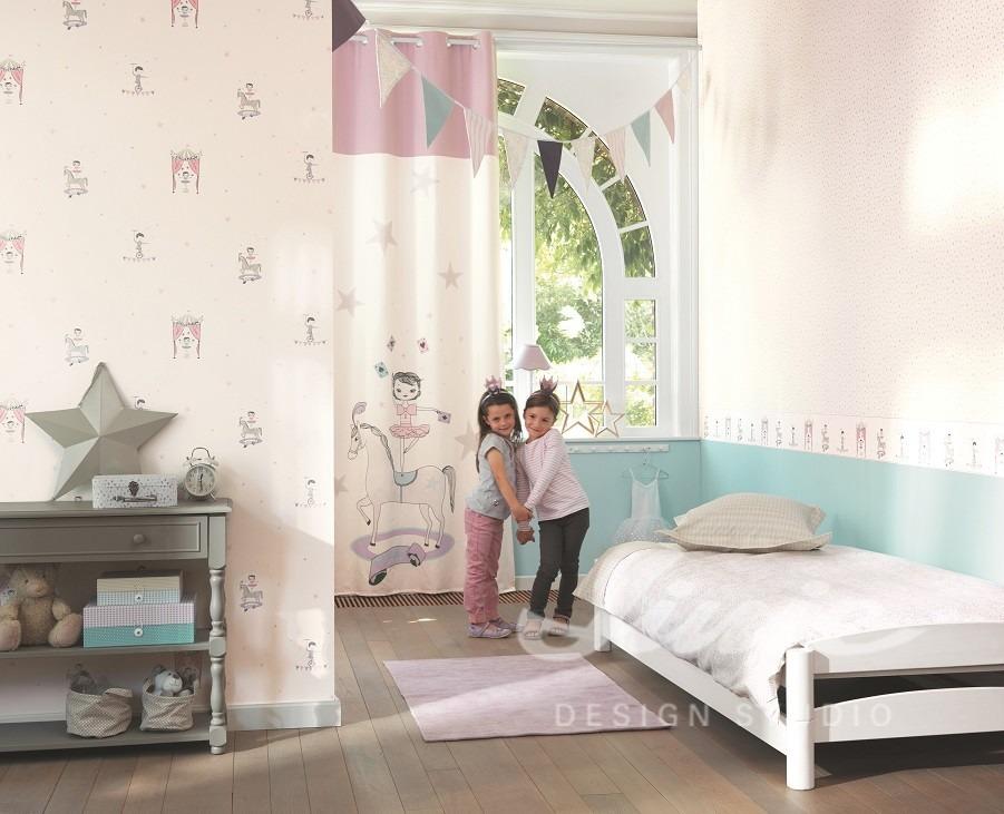 Dvě dívky, postel s polštářkem, visací dekorace, světlý dětský pokoj