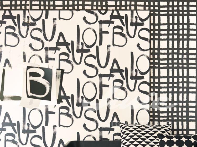 Nástěnná tapeta s nápisy, dva polštářky