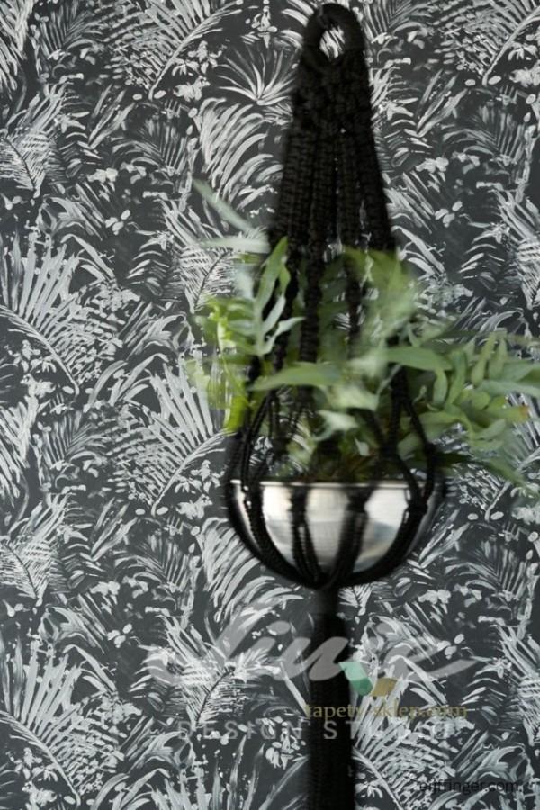 Visací květináč a vzorovaná tapeta na zeď