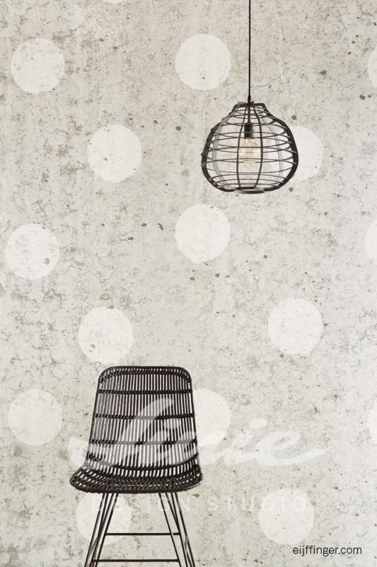 Židle a stropní svítidlo, nástěnná tapeta s puntíky
