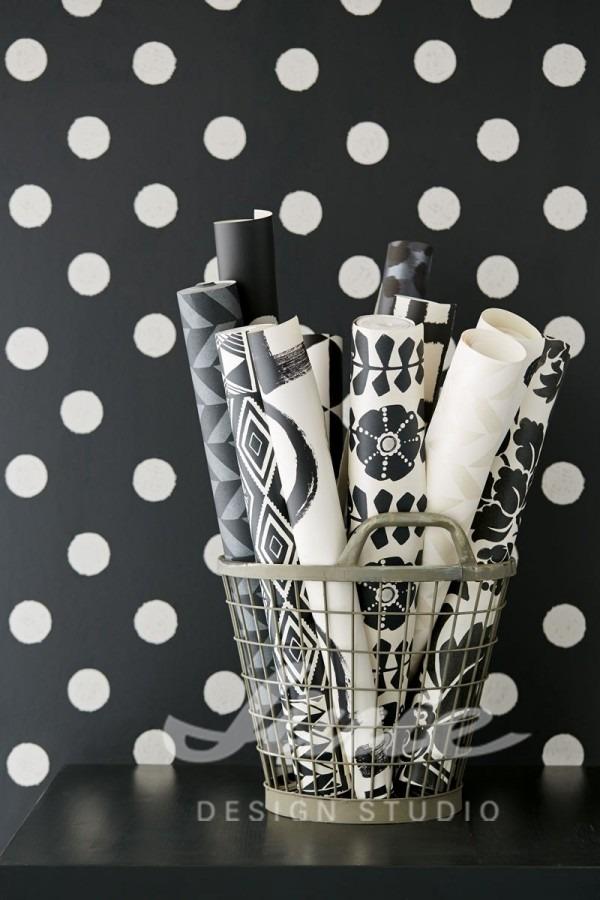 Košík se srolovanými tapetami, nástěnná tapeta s puntíky