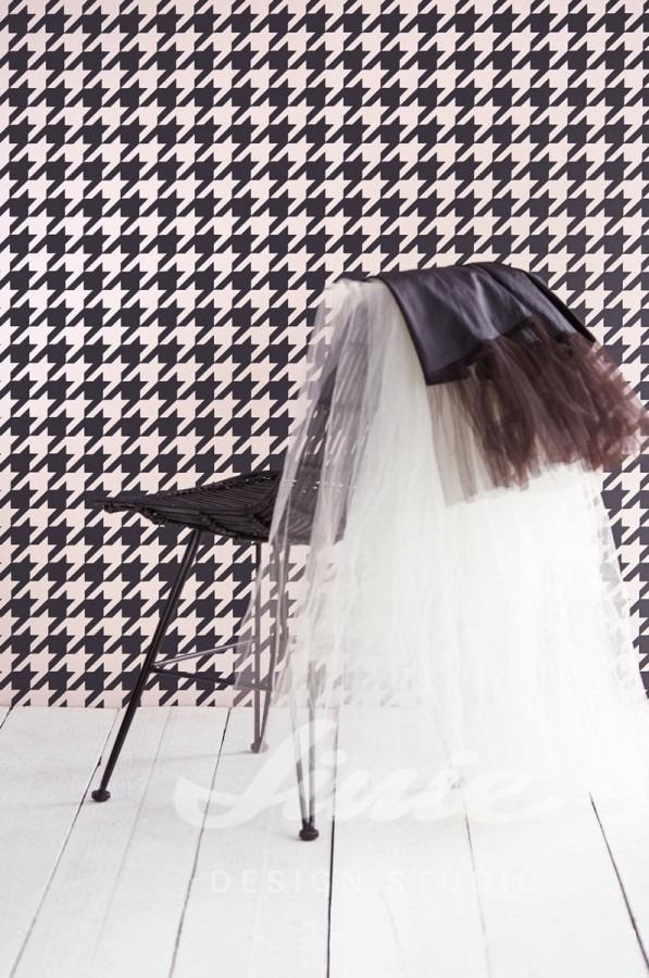 Židle, dvě sukně a vzorovaná tapeta na stěnu