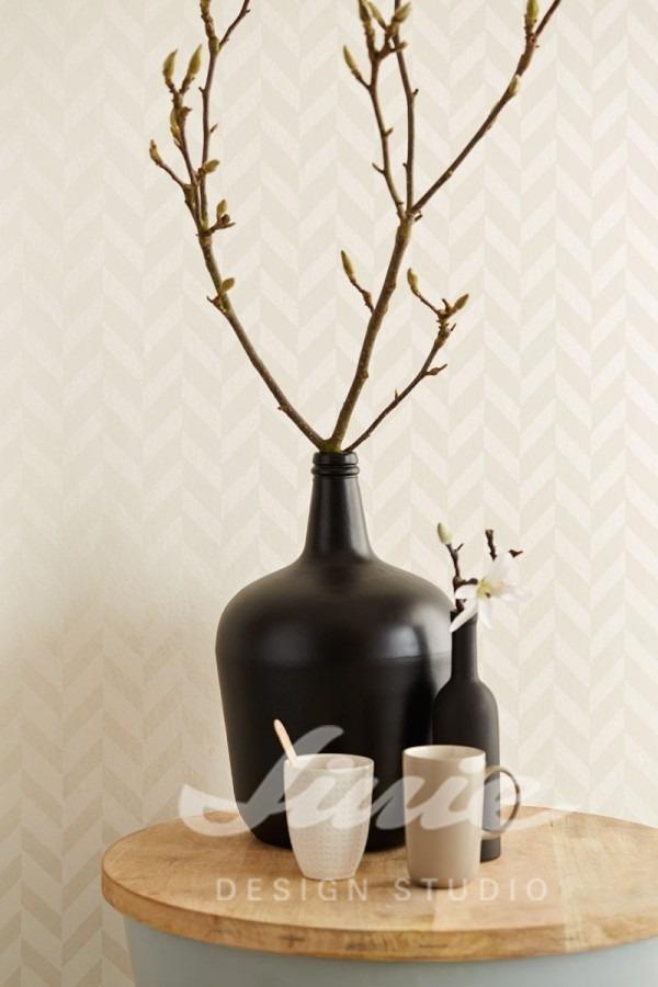 Kulatý stolek s vázou a dvěma hrnky
