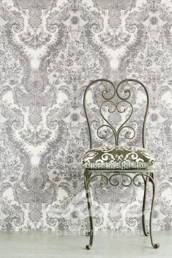 Židle s polštářkem, vzorovaná tapeta na zeď