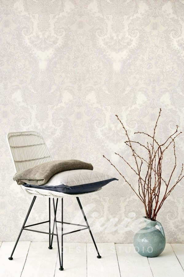 Židle s polštářkem a květina ve váze