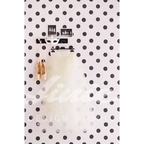 Nástěnný věšák se sukní, nástěnná tapeta s puntíky, maska