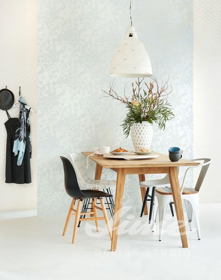 Jídelní stůl se dvěma židlemi, ramínko s šaty, světlá nástěnná tapeta