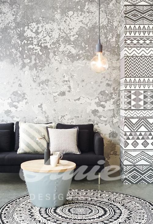 Pohovka s polštářky, kulatý stolek, stropní svítidlo