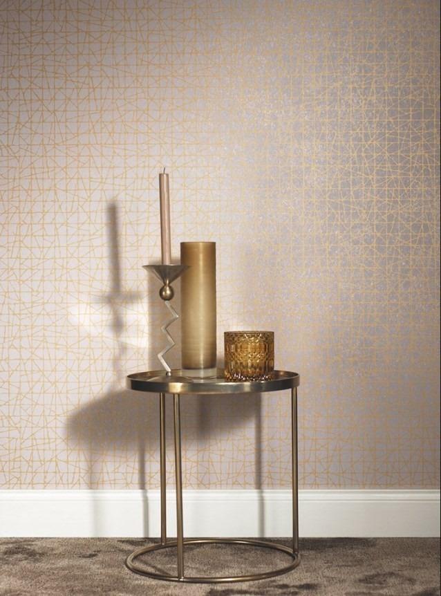 Minimalistická tapeta na zeď a stolek s dekoracemi
