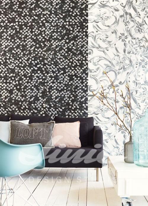 Pohovka s polštářky, židle, úzký stolek s dekoracemi, vzorovaná tapeta na zeď
