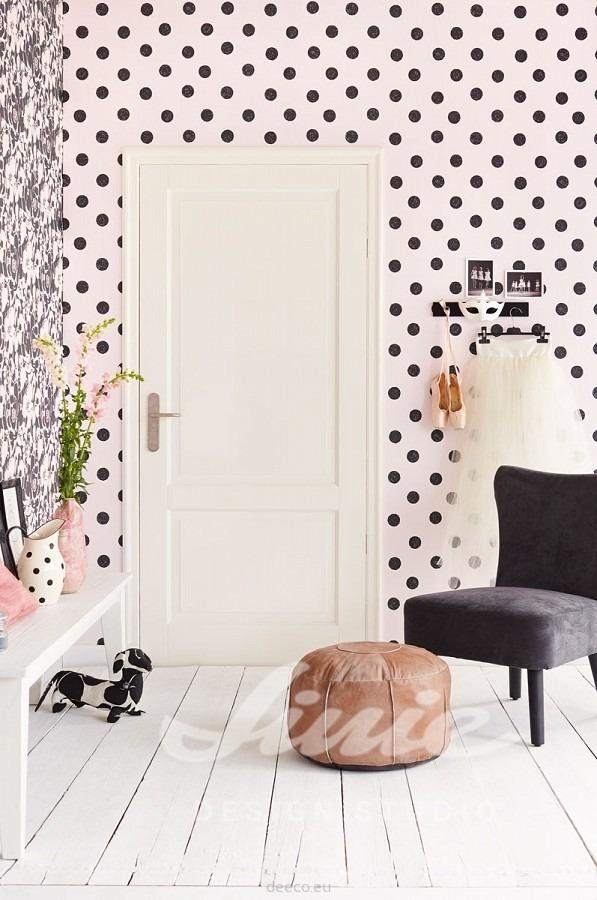 Křeslo s podnožkou, dveře, úzký stolek s dekoracemi