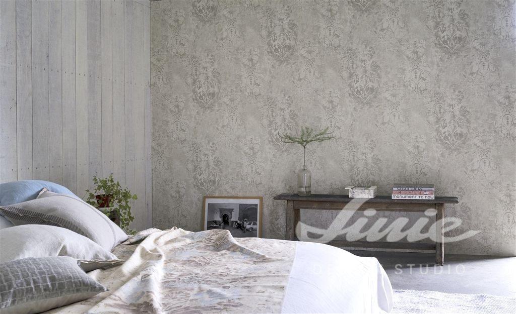 Manželská postel s polštářky, úzký stolek s dekoracemi