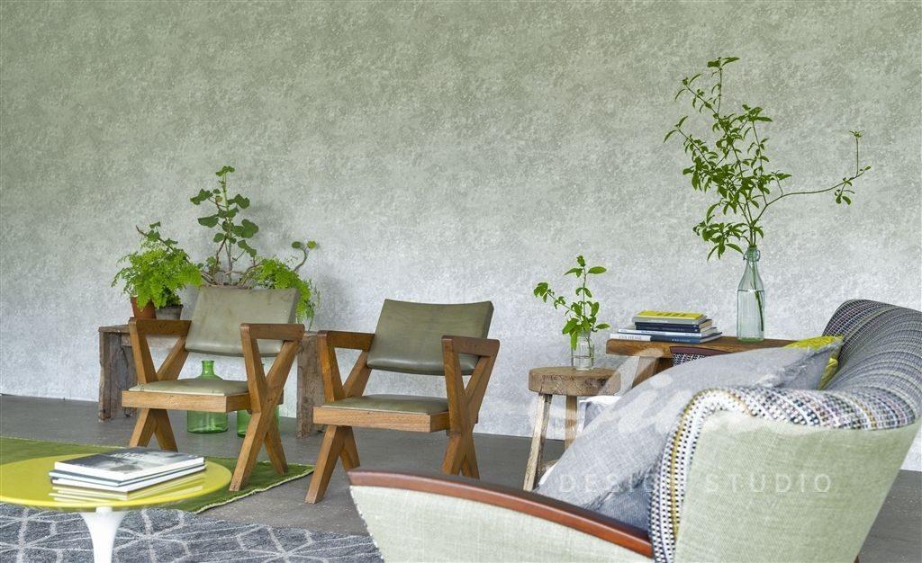 Křeslo s polštářkem a dvěma židlemi, dva stolky s knihami a květinami