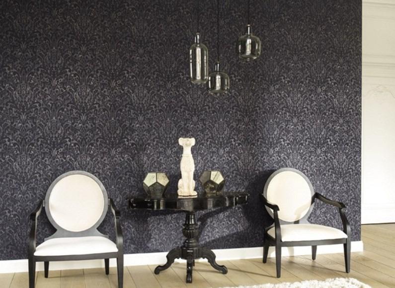 Vzorovaná tapeta na zeď a stolek s dekoracemi a dvěma křesly