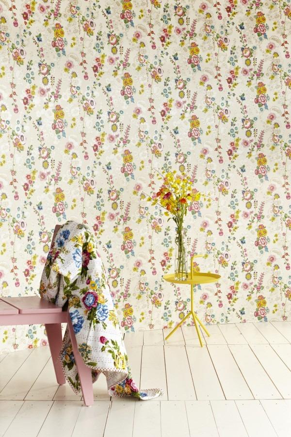 Květinová tapeta na zeď, židle s šátkem a kulatý stolek