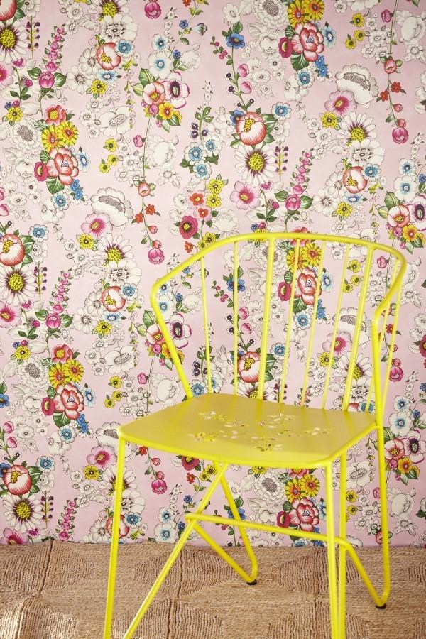 Květinová tapeta na zeď a židle