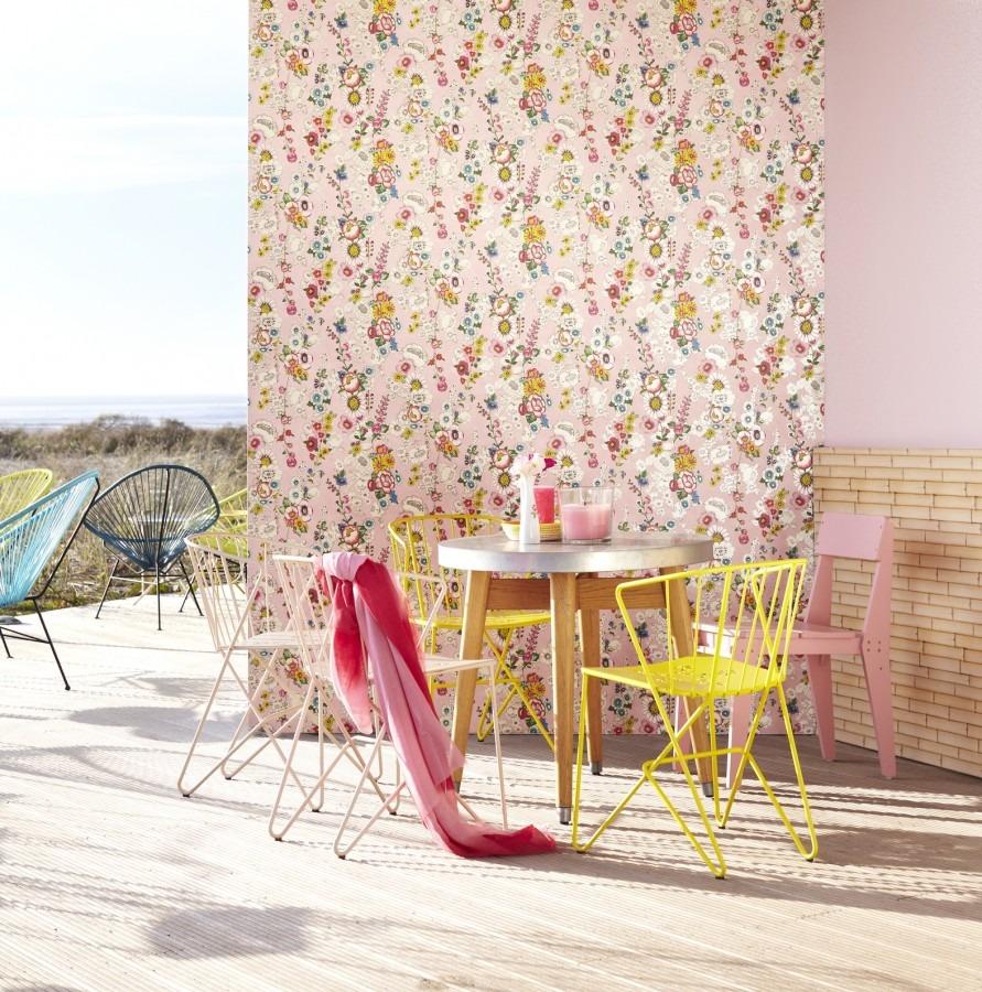 Kulatý stůl se čtyřmi židlemi a květinovou nástěnnou tapetou
