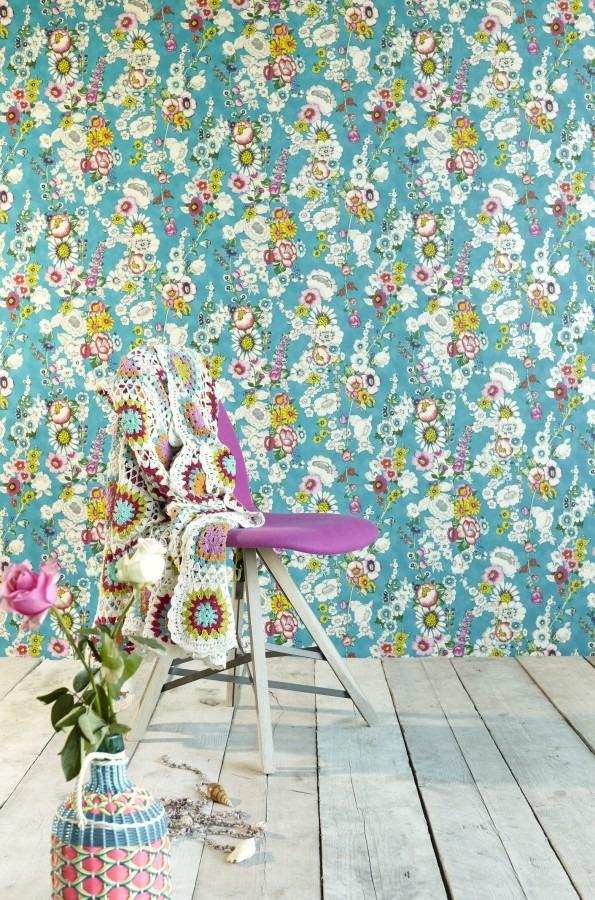 Květinová tapeta na zeď, židle s přehozem a květina ve váze