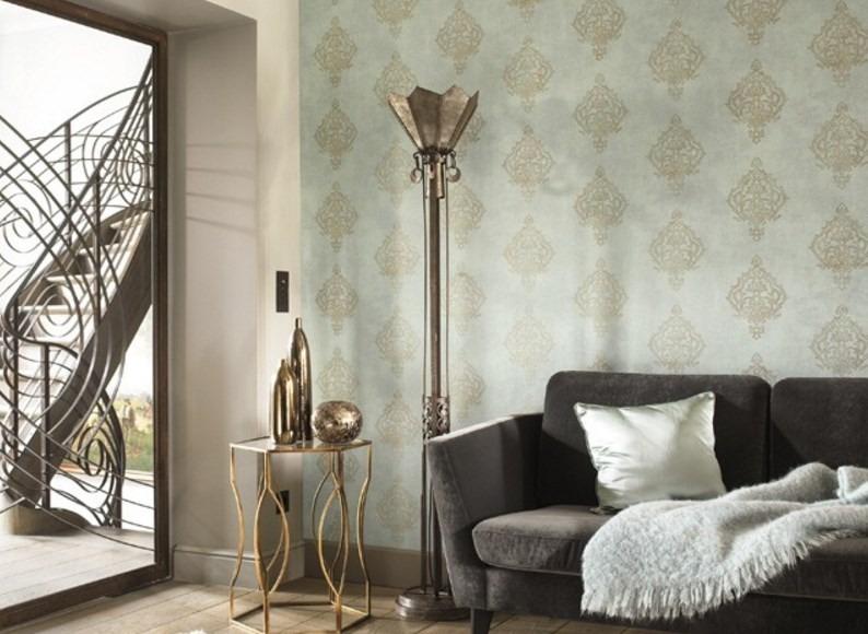 Nástěnná tapeta s orientálním vzorem a pohovka s přehozem v obývacím pokoji
