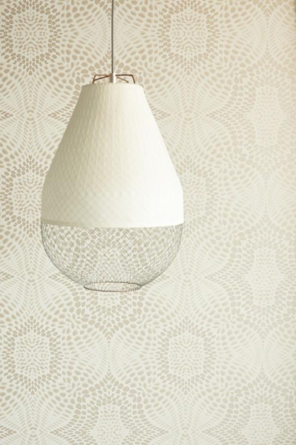 Bílé stropní svítidlo a světlá vzorovaná tapeta na zeď