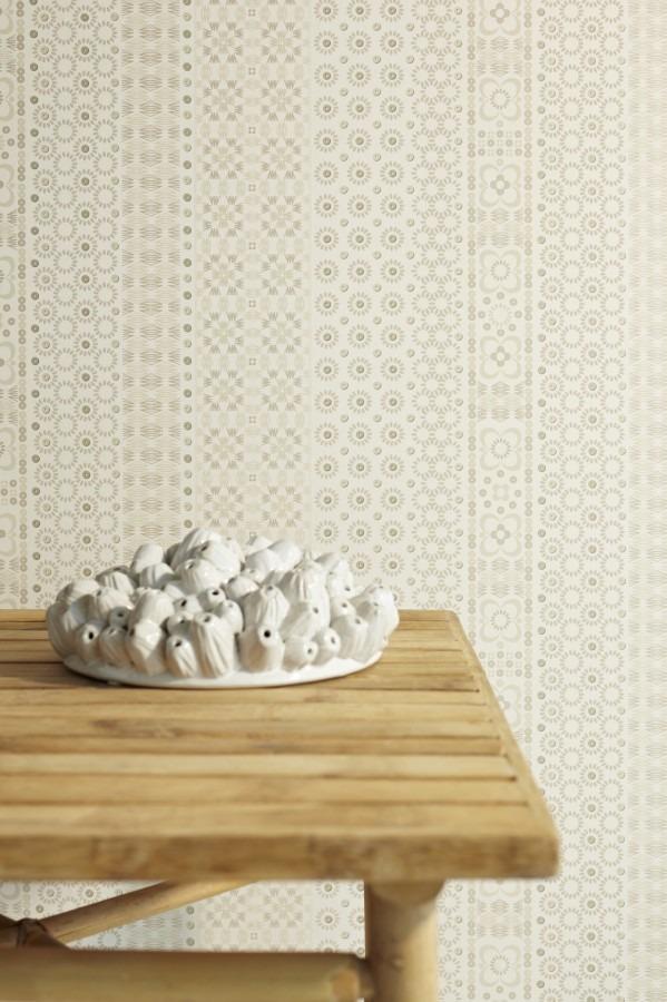 Dřevěný stolek s keramickou dekorací, vzorovaná tapeta na zeď