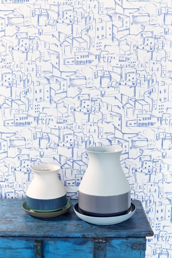 Dvě keramické nádoby, tapeta se vzorem domků na zeď