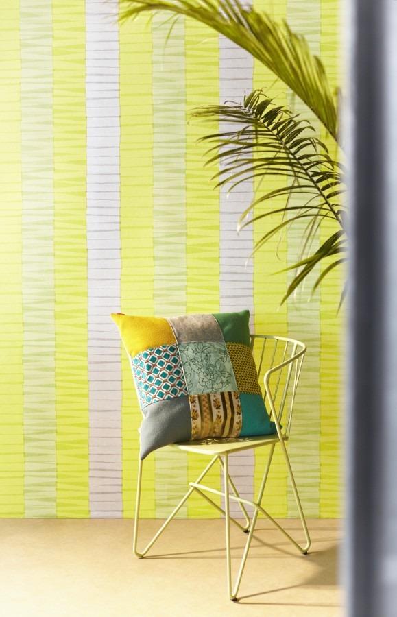 Židle s polštářkem, pokojová rostlina, žlutá tapeta na zeď