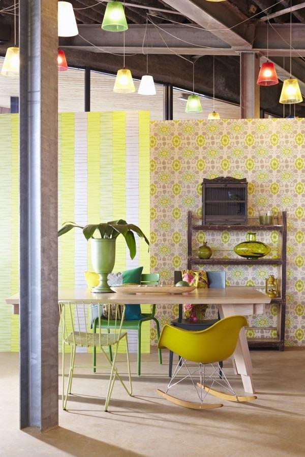 Jídelní stůl, dvě židle, barevná stropní svítidla a tapety na stěnách