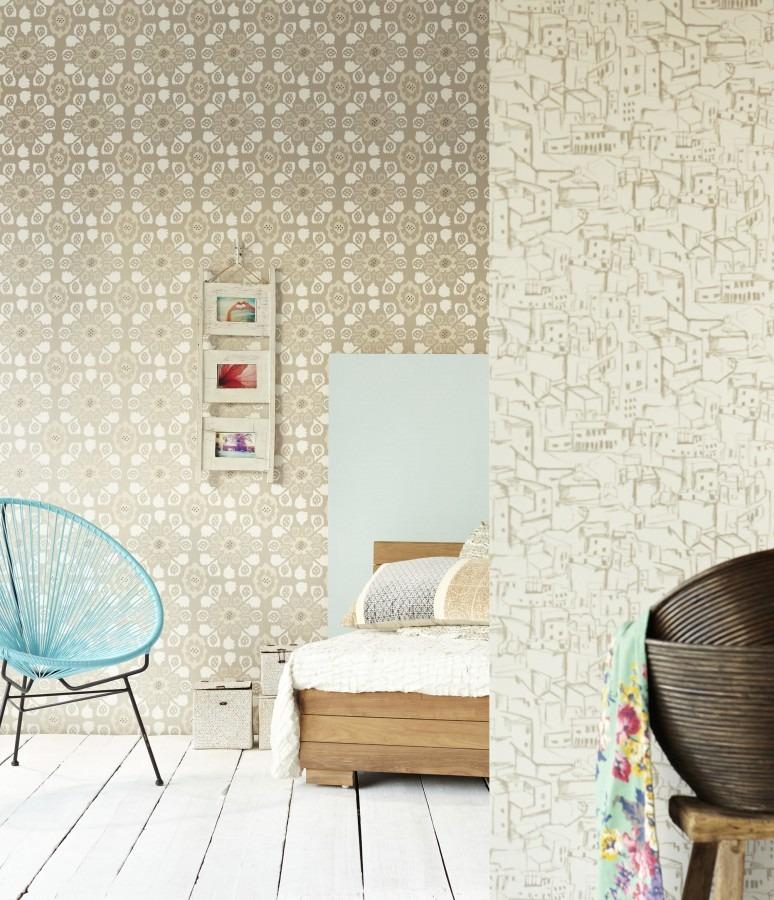 Dřevěná postel, židle, nástěnné obrázky, vzorované tapety
