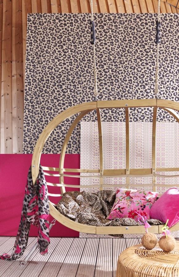 Visací pohovka s polštářky, tapeta na zeď s leopardím vzorem