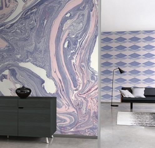 Nástěnná tapeta s abstraktním vzorem a komoda s dekoracemi