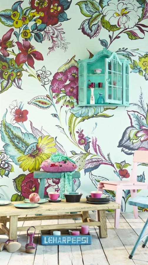 Květinová tapeta na zeď, nízký stolek, tři židle