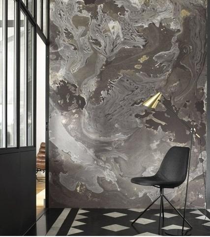 Nástěnná tapeta s abstraktním motivem a židle se stojací lampou