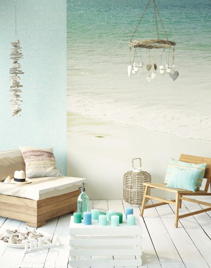 Dvě dřevěná křesla a jedna krabice, tapeta s pláží