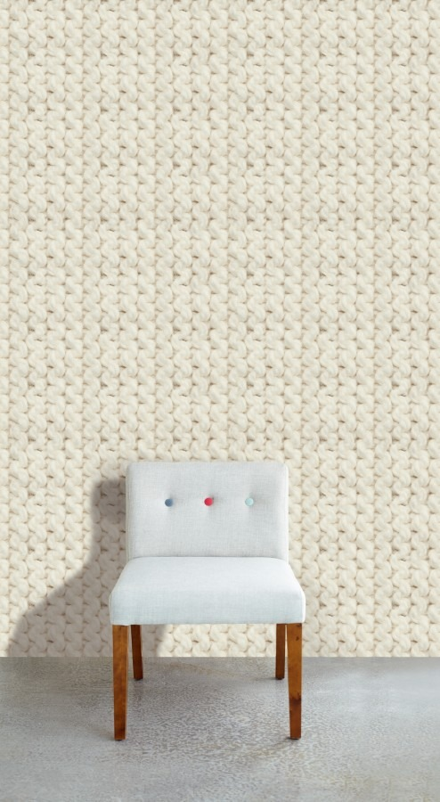 Bílá židle a nástěnná tapeta s vlněným motivem