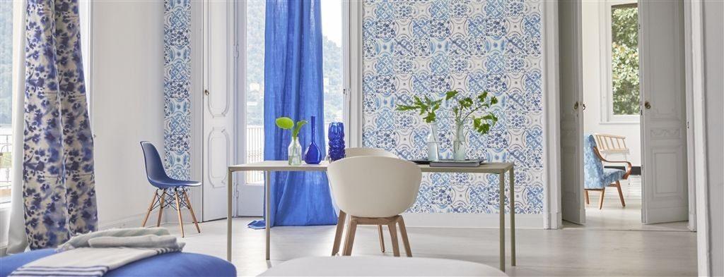 Nástěnná tapeta s pravidelným vzorem a jídelní stůl s dekoracemi