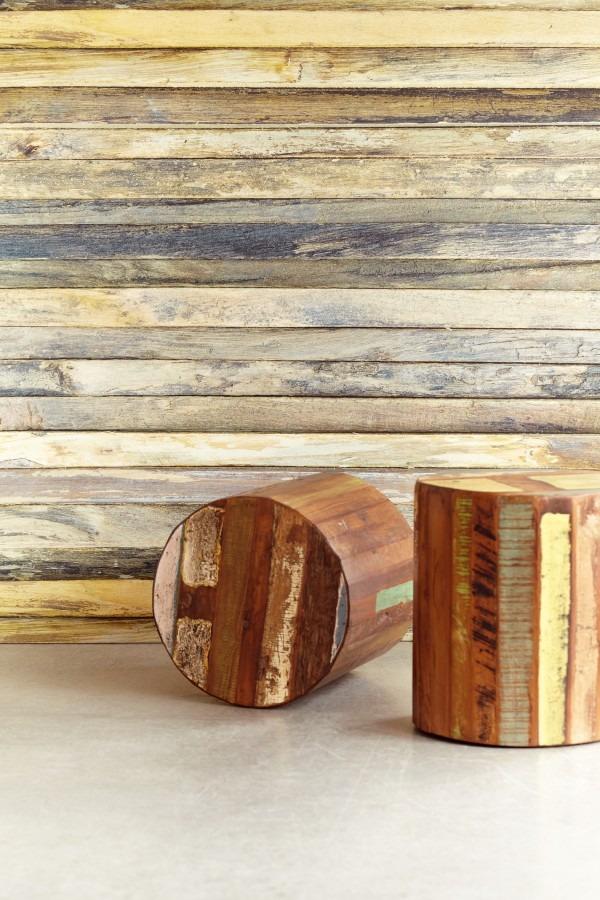 Dřevěné špalky a nástěnná tapeta s motivem dřeva