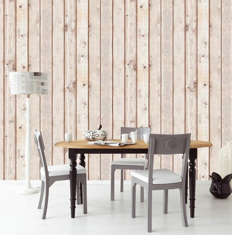 Jídelní stůl se třemi židlemi, bílá stojací lampa a nástěnná tapeta dřevěných parket