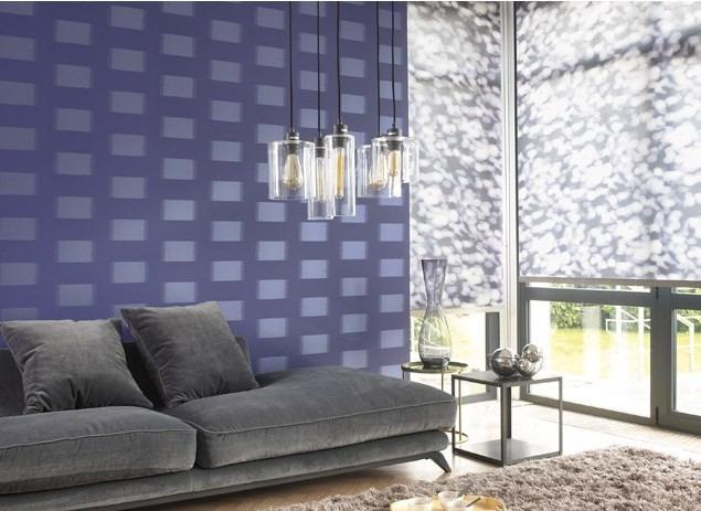 Nástěnná tapeta se vzorem kostek a pohovka s polštářky v obývacím pokoji