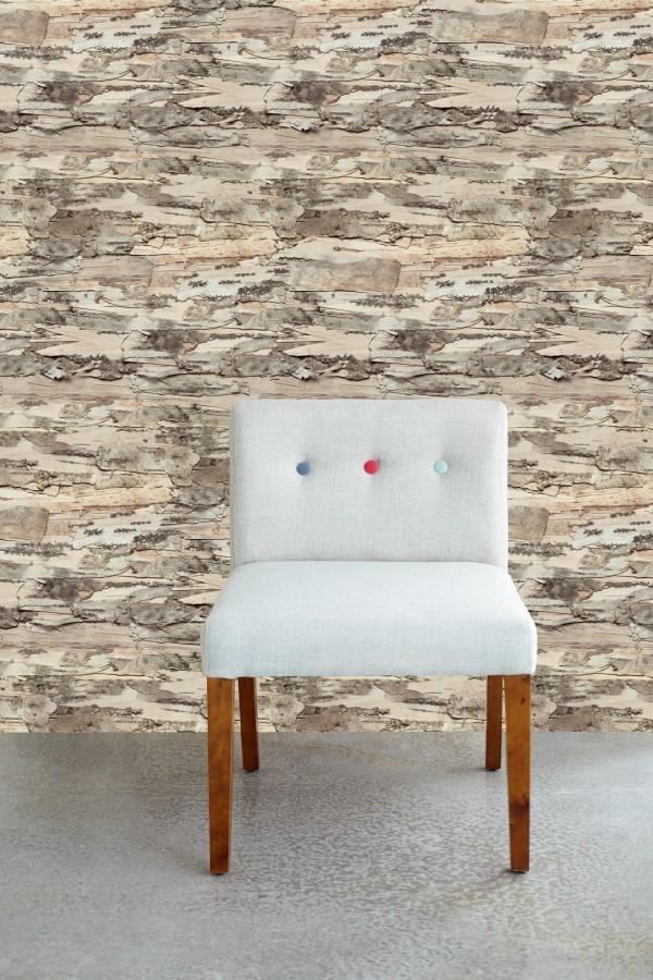 Bílá židle s abstraktní stěnou
