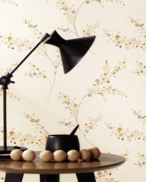Černá stolní lampa a sedm celých vajec na stolku