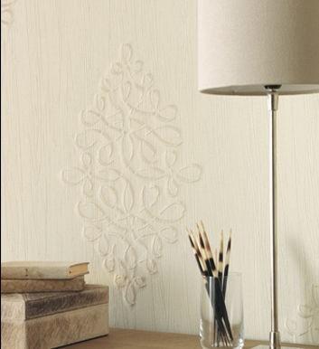 Stolní lampa vedle sklenice a ornament na stěně