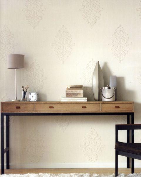 Stůl s kovovými nohami ve světlé místnosti