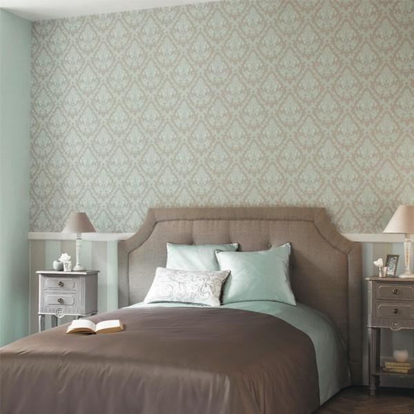 Hnědá postel v ložnici s mátovo hnědými ornamenty na stěně