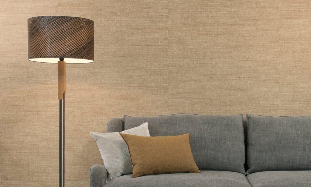 Minimalistická tapeta na zeď a pohovka s polštářky v obývacím pokoji
