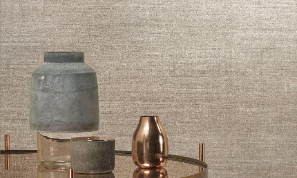 Minimalistická tapeta na zeď a stůl s dekoracemi