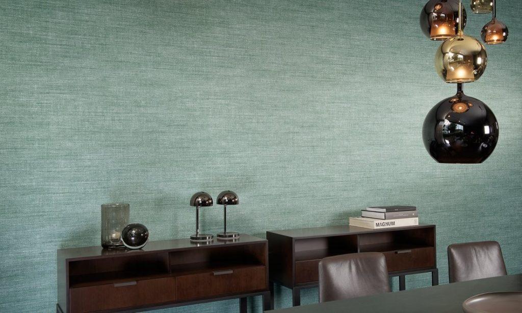 Minimalistická tapeta na zeď, stropní svítidlo a stolky s dekoracemi