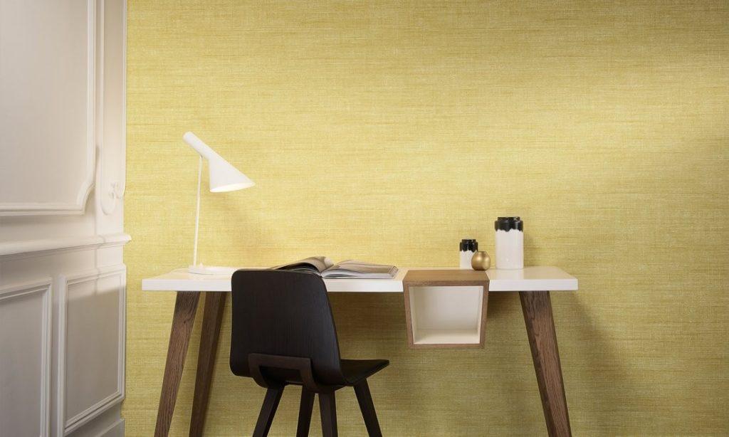 Minimalistická tapeta na zeď a psací stůl s lampou a židlí