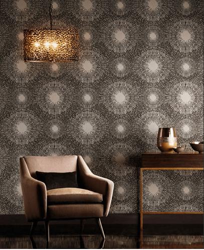 Nástěnná tapeta s kulatými vzory a stolek s dekoracemi