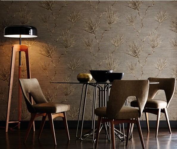 Nástěnná tapeta s přírodním motivem a jídelní stůl s židlemi